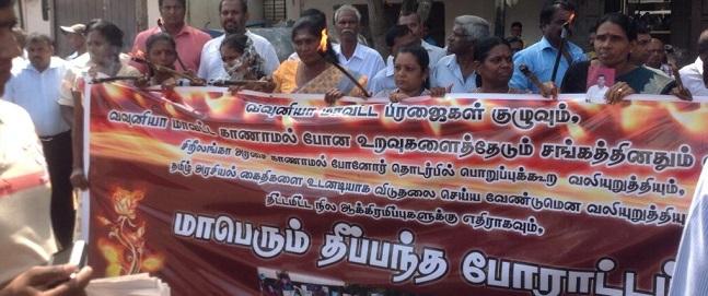 வவுனியாவில் தீப்பந்தம் ஏந்தி ஆர்ப்பாட்டம் | கண்ணீரோடு பெற்றோர்கள்