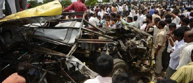 இந்திய தெலங்கானா மாநிலம் மேதக் மாவட்டத்தில் பள்ளி பஸ் மீது ரயில் மோதி 17 மாணவர்கள் பலி