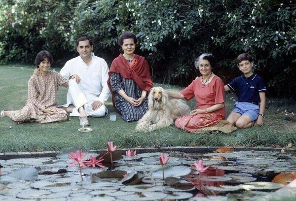 தாமரை ரசிக்கும் காந்தி வம்சம்!