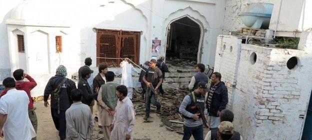 பாகிஸ்தான் மசூதியில்  தற்கொலைப் படைத் தாக்குதல் –  20 பேர் பலி