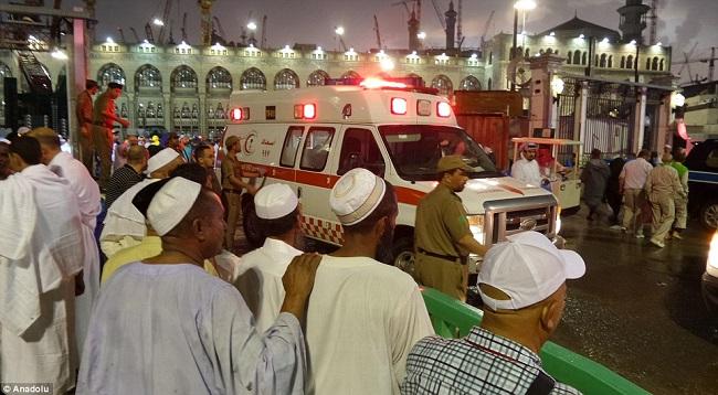 கிரேன் சரிந்து விழுந்ததில் 107 பேர் துடிதுடித்து பலி | மசூதி மீது நடந்த அதிர்ச்சி சம்பவம்