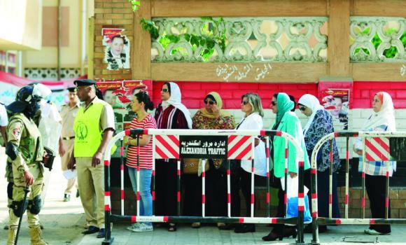 மக்கள் ஆர்வமற்று வாக்குச்சாவடிகளுக்கு சென்று வாக்குப்பதிவு   எகிப்து பாராளுமன்ற தேர்தல்