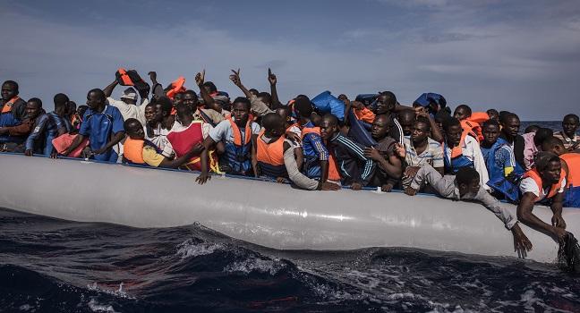 லிபியாவையொட்டிய கடல் பகுதியில் தத்தளித்த 2,000 அகதிகள் மீட்பு