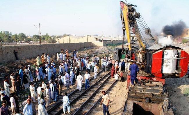 சரக்கு ரெயில் மீது எக்ஸ்பிரஸ் ரெயில் மோதி 6 பேர் சாவு 150 பேர் படுகாயம் | பாகிஸ்தான்