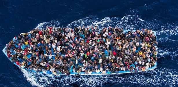 1200  லிபியா  குடியேறிகளை    மீட்டுள்ள   இத்தாலி  நாட்டு கடற்படையினர்