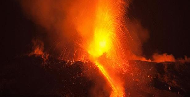இத்தாலி நாட்டில் எரிமலை நெருப்பு குழம்பு வானத்தை நோக்கி