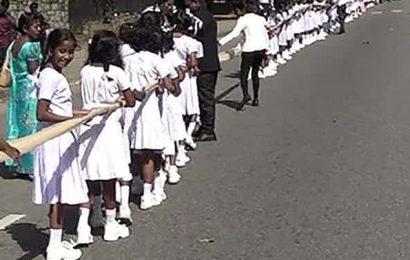 பள்ளி குழந்தைகளை பயன்படுத்தி மணப்பெண் உடுத்திய 3 கி.மீ. நீள சேலை | இலங்கை