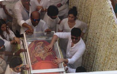 நடிகை ஸ்ரீதேவிக்கு பல்லாயிரம் ரசிகர்கள் இறுதி அஞ்சலி