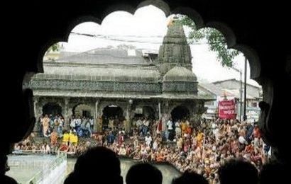 காளி சிலைக்கு அபிஷேகம் செய்ய, பக்தர்களிடம் ரத்தம் பெறும் விதுரா கோவில்!