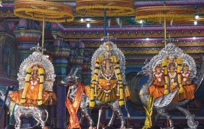 நயினாதீவு ஸ்ரீ நாகபூஷணி அம்மனின் ஆலய கொடியேற்றம்! (படங்கள் இணைப்பு)