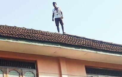 சிறுமியை பலாத்தகாரம் செய்த கைதி கூரை மீது ஏறி ஆர்ப்பாட்டம்!
