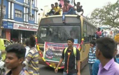 Bus Day கொண்டாடிய மாணவர்கள்…