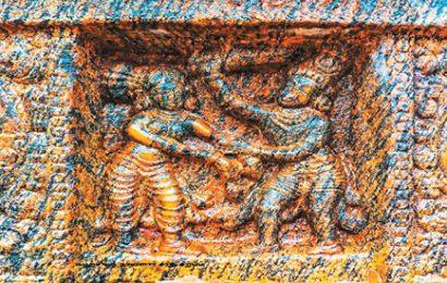கழற்சிங்க நாயனாரை ஆட்கொண்ட கயிலை நாதன்.